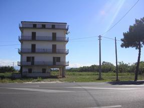 Fabbricato fronte strada domitiana in Vendita