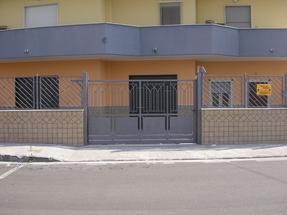 Appartamento + negozi con ampio cortile antistante, in via padule in Vendita